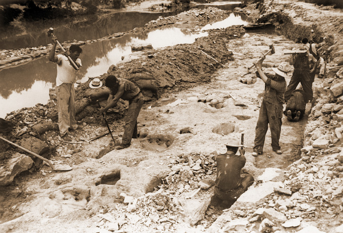 WPA workers excavating Paluxy River trackway. Photo by R.T. Bird from the collection of Wann Langston.